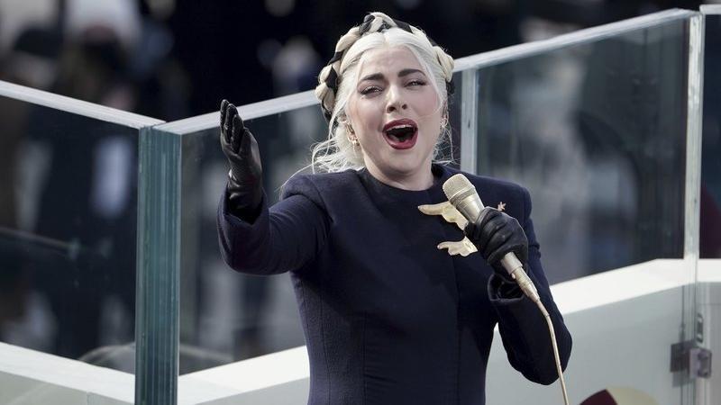 Lady Gaga pusó su voz para entonar el himno nacional estadounidense.
